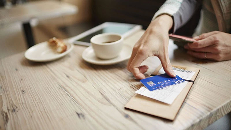 cafe-paying-bill-visa-800x450